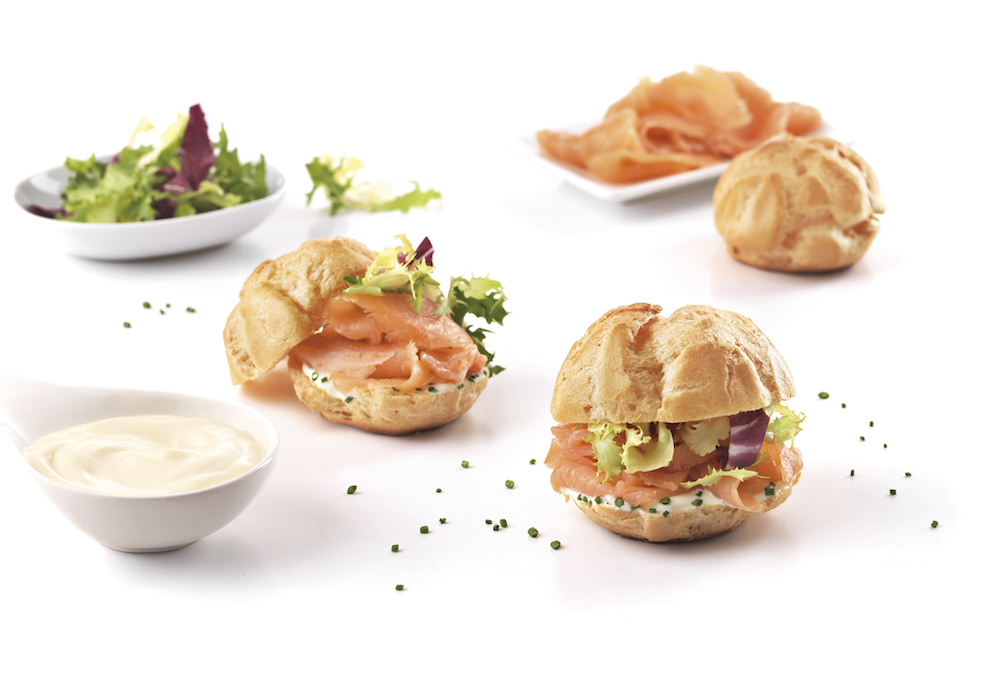Choux buns filled with mayonnaise, smoked salmon and escarole