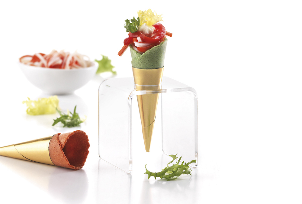 Mini cono de espinacas relleno de mahonesa, surimi y pimiento rojo