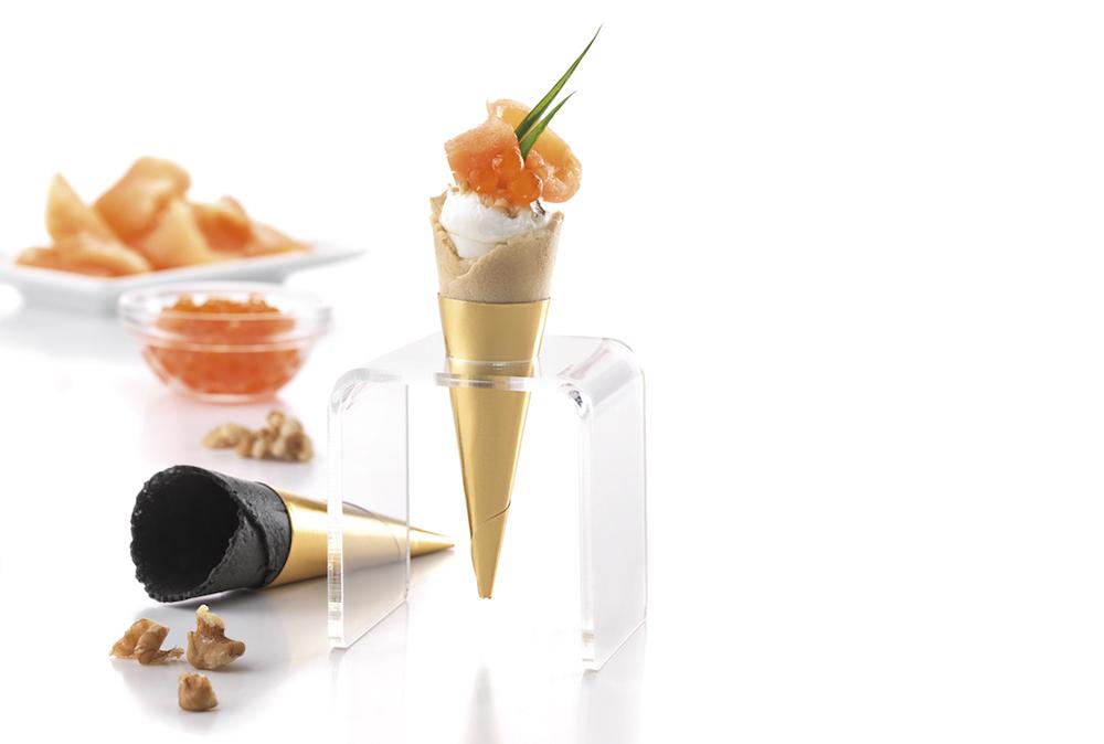 Mini-cônes garnis de crème au fromage frais, noix, saumon fumé et œufs de saumon