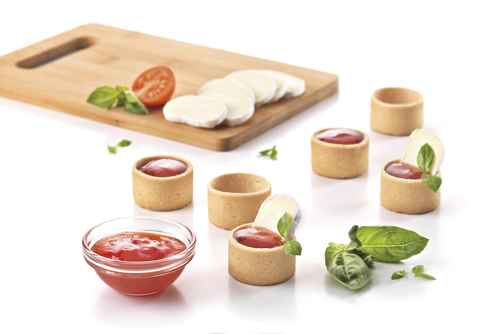 Mini tartlets filled with brie cheese and tomato marmalade
