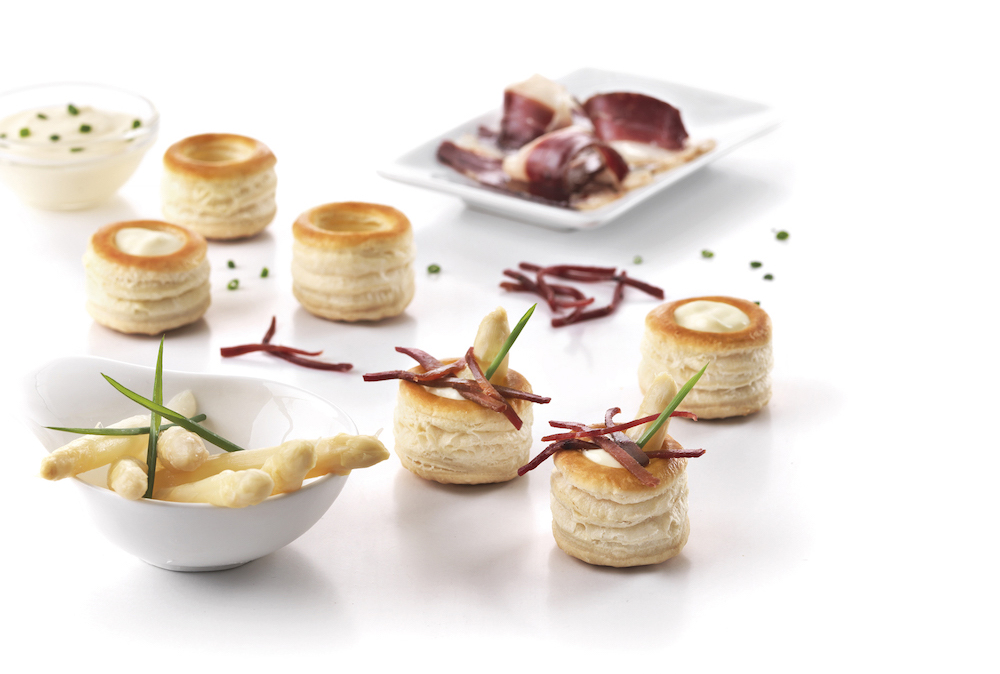 Organic mini vol-au-vents filled with white asparagus, mayonnaise and duck ham