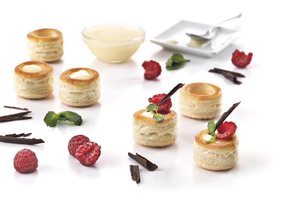 Mini vol-au-vent BIO garnis de crème dessert, framboises et chocolat