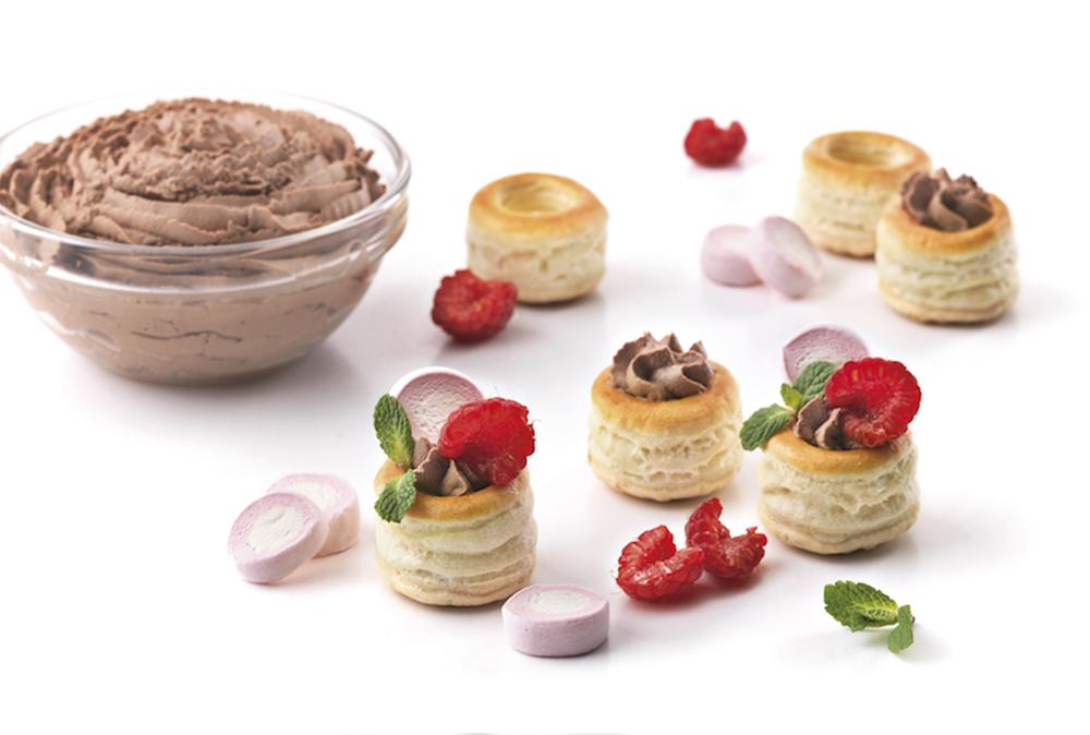 Mini volovanes rellenos de crema de chocolate con leche y nubes